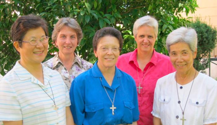 Conseil général: Kim Sook Hee, Kathleen Conan (Supérieure générale) Ma del Socorro Rubio, Catherine Lloyd et Hiroko Okui.